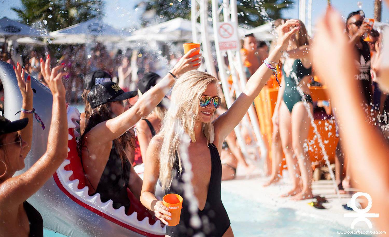 порно наши девушки в турции на пляже в клубе женщина, которая