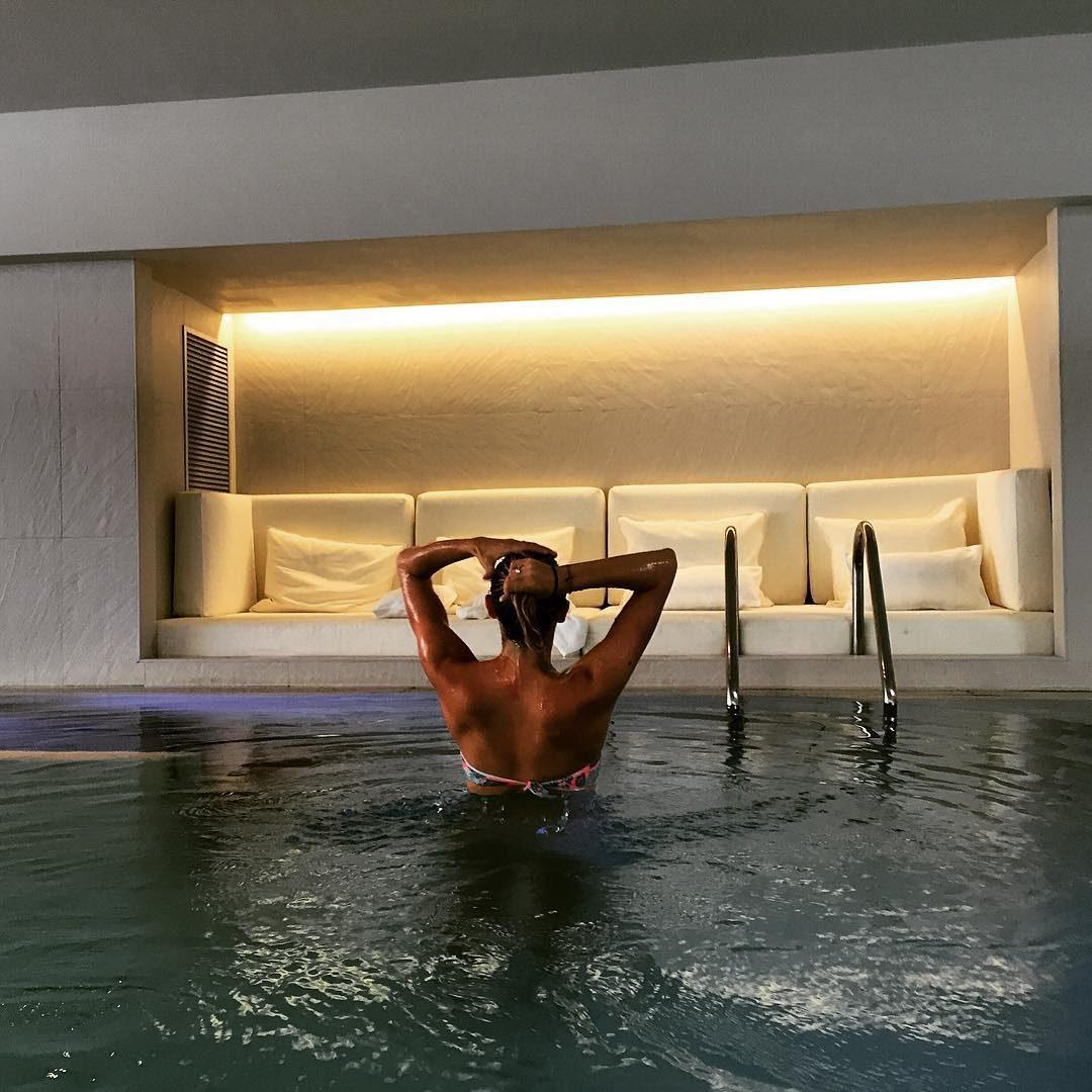 aguas-pool-night